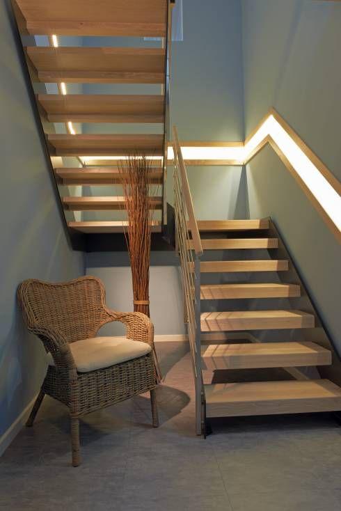 Schmalwangentreppe Loft von Unnerstall Holzverarbeitung GmbH mit schöner Beleuchtung des Treppenhauses. #treppen #homify