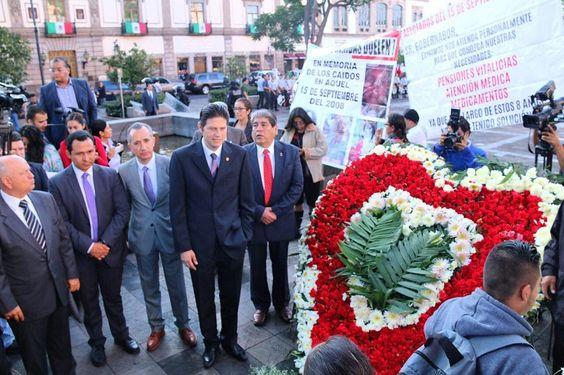 El alcalde Alfonso Martínez y familiares de las víctimas de los atentados colocaron la ofrenda floral y montaron guardia de honor en la placa a los caídos de aquél suceso ...