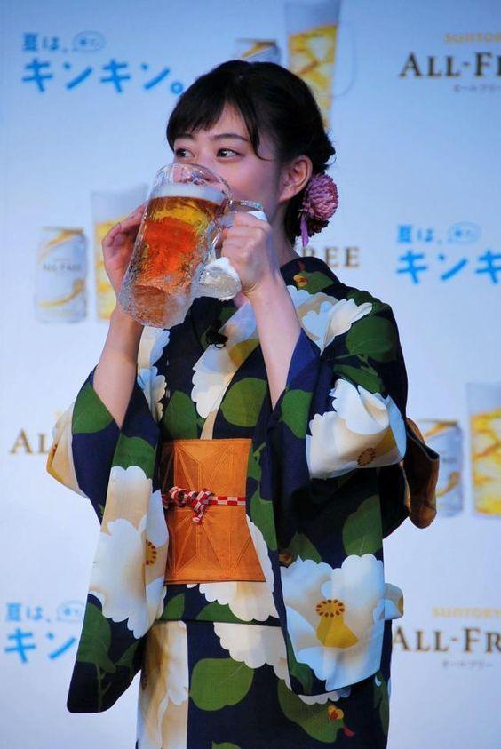 ビールを飲む高畑充希