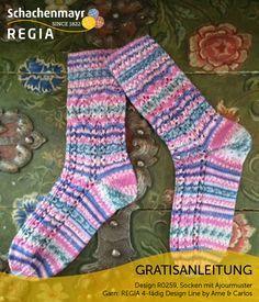 Das Wort Mustermix wird bei diesen Socken groß geschrieben. Denn zum einen kommt bei dem Garn Schachenmayr #Regia 4-fädig Design Line by #Arne&Carlos ein norwegisch inspiriertes Farbmuster direkt aus dem Knäuel. Zum anderen unterstreicht ein effektvolles Ajourmuster die eigenwillige Färbung. Diese Socken sind nicht dazu geeignet, dezent unter Hosenbeinen versteckt zu werden. Ein auffälliges, fröhliches Paar, das Sie überall herzeigen können!