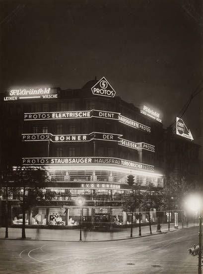 Berlin im Licht. Kaufhaus Grünfeld, Joachimsthaler Straße, Ecke Kurfürstendamm 227, Umbau von Otto Firle (1889 Bonn-1966 Düsseldorf),  Fotografie, unbekannter Fotograf, 1928
