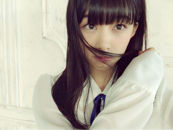 リボンのついた白いブラウスを着て髪の毛を顔に掛けている原田葵の画像