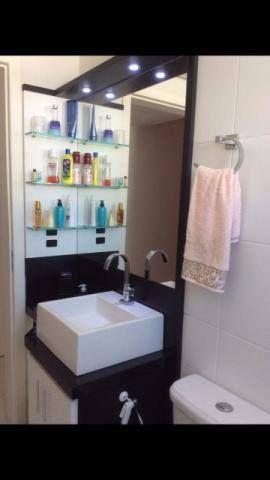 Banheiro com pia do lado oposto à entrada