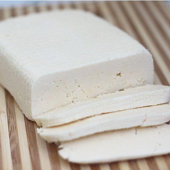 🧀АДЫГЕЙСКИЙ СЫР🧀 Самое главное не стоит брать обезжиренную молочку, берите 2,5-3,5% жирности, в этом случае сыр приобретает более сливочный вкус. Нам понадобится: 🔸2 литра молока 🔸1 литр кефира 🔸1ст.л. соли 🔸4 яйца Молоко с кефиром ставим на плиту разогреваться и тем временем взбиваем яйца с солью. В теплую кефирно-молочную смесь вводим яица все время помешивая. Доводим до кипения и оставляем на  медленном огне на пол часа пока не отделится прозрачная сыворотка. Застилаем дуршлаг…