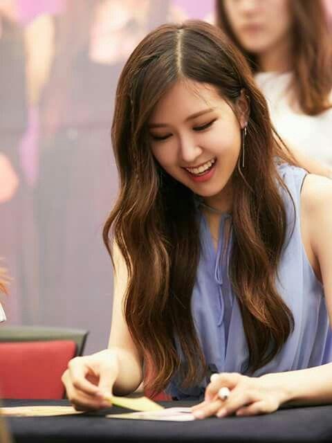 Is Rose Blackpink A Lefthanded Or Ambidextrous Rose Rose Roseannepark Chaeyoung Parkchaeyoung Mainvocalist Blackpink Blink Hair Waves Hair Beauty