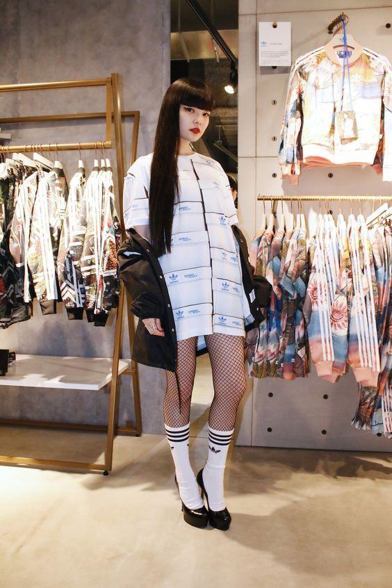 真っ白な洋服の秋元梢