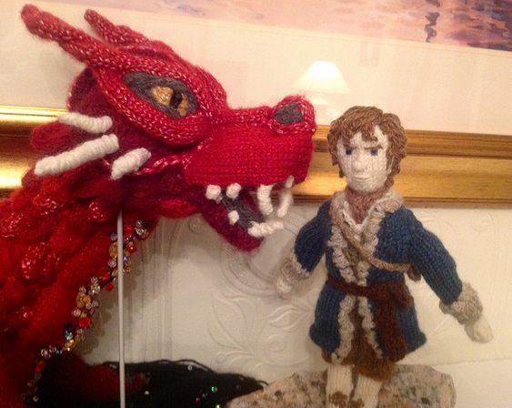 Smaug & Bilbo Baggins - made by the Knitting Witch, read/see more: http://knithacker.com/?p=9236 #TheHobbit -- Follow her on Twitter @KnittingWitchUK