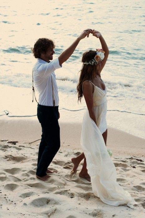 Pareja de novios en una playa: