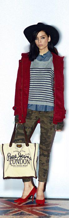 """PEPE JEANS en su local de Palermo Viejo. Si hubiera que definir el estilo de la marca londinense Pepe Jeans, una buena palabra sería """"efortless"""". Esta seña particular está presente en los looks de día con sus jeans chupines y remeras de algodón estampadas, y en los de noche con blusas transparentes, chupines y sacos de piel. Un estilo bien desenfadado, legado de su Portobello natal."""