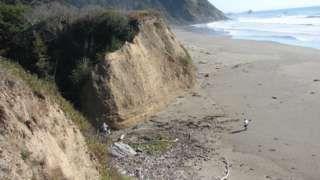 """Image copyright                  Michael R. Peterson Image caption                                      La erosión que causa el océano pone en peligro el paisaje del norte de California.                                """"Básicamente, estamos intentando contener el océano"""". Quien así habla es Michael Peterson, arqueólogo estadounidense volcado en buscar caminos para detener la erosión de los acantilados de la costa norte de Cali"""