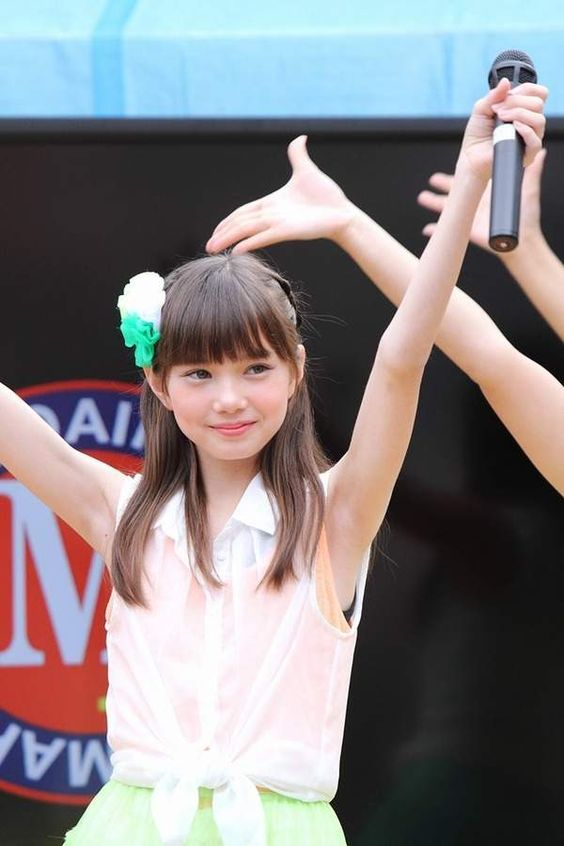 両手を挙げているマーシュ彩