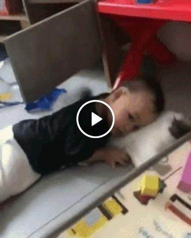 Gatinho fazendo criança dormir, quanta fofura