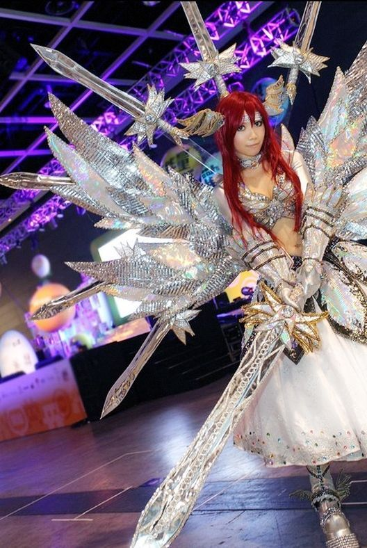 GoBoiano - 23 Fairy Tail Cosplay That Bring The Series To Life - Good God, how much effort did this take? This woman is awesome! (Fairy Tail - Erza Scarlet)