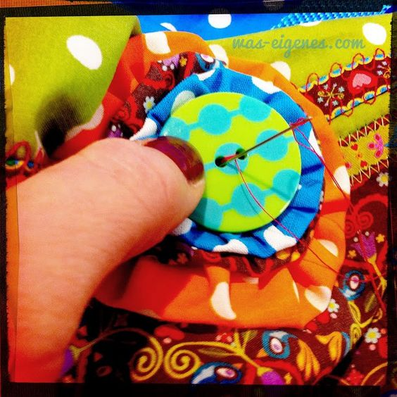 Mit einer Stoffblume (Jojo) kann man schnell und einfach Taschen oder Kleidung aufhübschen: Schritt für Schritt Nähanleitung Jojo mit Fotos.