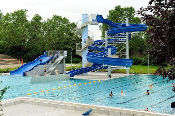 Kinder probieren das renovierte Nichtschwimmbecken inklusive neuer Breitrutsche im Willersinn-Freibad Ludwigshafen aus.
