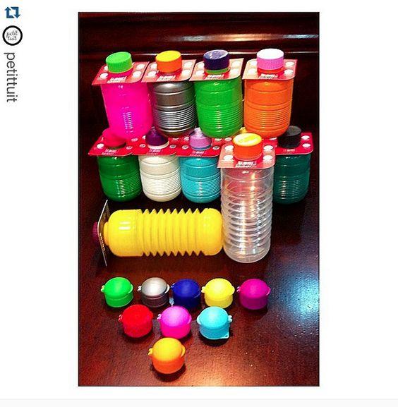 @petittuit  ¡Buenos días! Bon dia! Ya llegaron las originales y divertidas botellas suizas Squeasy !!! Son plegables (de 0.7 a 0.3 litros), de polipropileno, 100% reciclables, sin BPA , aptas lavavajillas...y puedes combinarlas con los múltiples tapones de colores..!!! Para los deportistas y los más peques !!