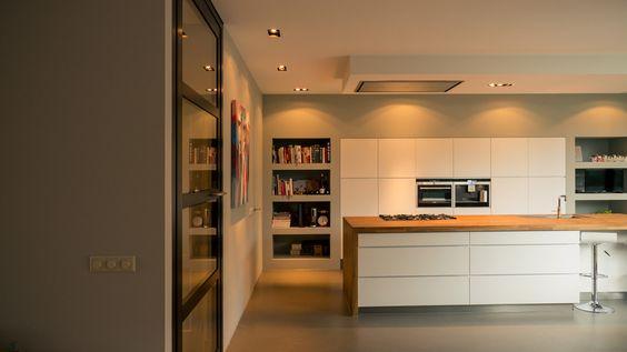 Verlaagd plafond geeft accent aan kookzone en ruimte aan afzuigkappen en mooie ingebouwde kastwand