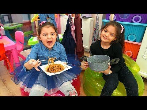Oyku Wants To Eat Black Noodle Masal Feeds Sister Youtube Black Noodles Eat Noodles