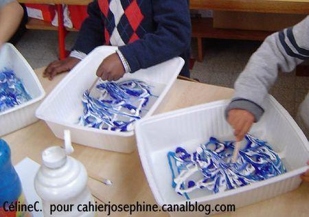 marbling: préparer d'abord un mélange eau-colle cellulosique ( pour papiers peints) dans lequel on laisse couler de la peinture.