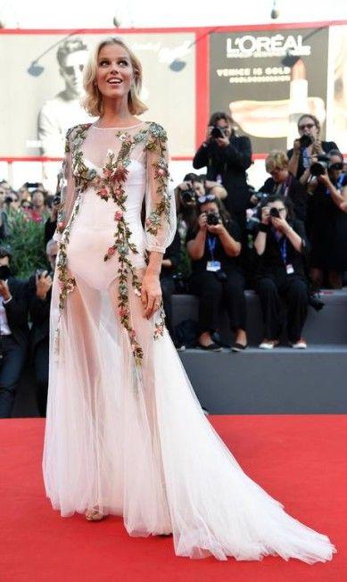 O look da supermodelo Eva Herzigova, no Festival de Veneza, era até romântico…