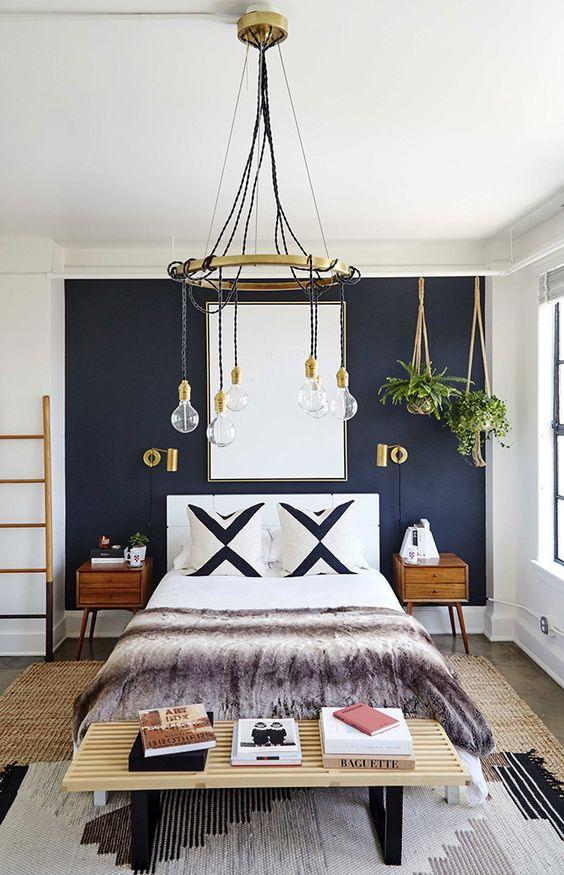 perete decorativ dormitor albastru pat alb perne X negru