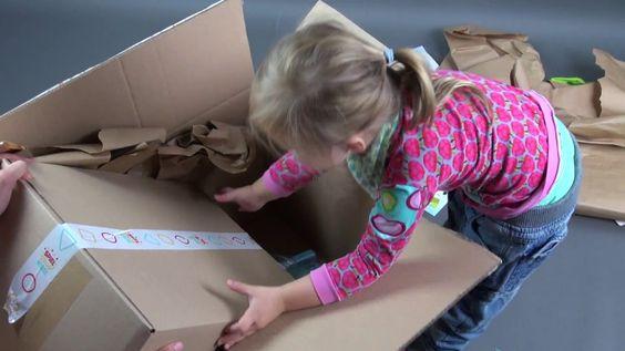 """Kleinkind beim Unboxing von """"Meine Spielzeugkiste"""" Kennt ihr schon Meine Spielzeugkiste? Im Blog könnt ihr meine Meinung dazu lesen und Sophia beim auspacken des Pakets zuschauen - ja, es gibt ein neues Video! Außerdem gibt es für alle Blogleser einen Rabattcode für einen Gratismonat der Spielzeugkiste!   http://www.naehfrosch.de/2016/11/wir-testen-meine-spielzeugkiste-mit-video-und-fuer-meine-leser-gibts-je-einen-gratismonat/"""