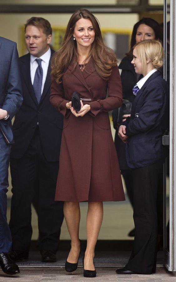 Pin for Later: Kate und ihre unglaubliche Kleidersammlung in den schönsten Farben Kate Middleton in der Havelock Academy, 2013