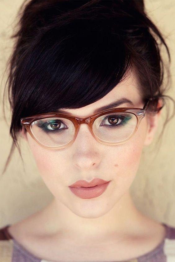 Chica usando lentes y mostrando su smoke eyes