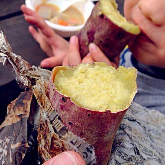 幼稚園のお友達と、10月に掘ったお芋掘りのサツマイモで焼き芋大会!  その他 うどん入り豚汁 マシュマロクッキーなど。 - 36件のもぐもぐ - お外 de 焼き芋 by よ〜ん