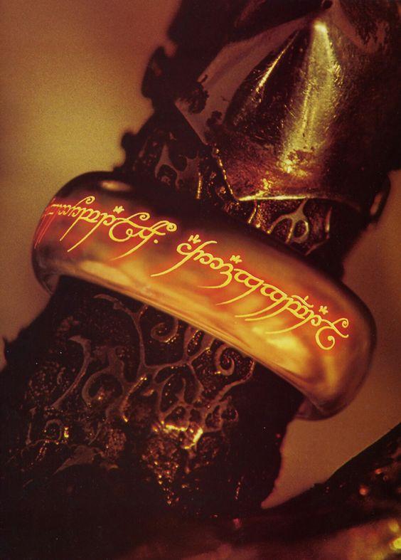 En la mano del señor oscuro brilla como en el mismo fuego