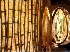 Além de bonitas e diferentes, as árvores de bambu são uma ótima opção para construir casas ecologicamente sustentáveis. Em 2010, Elora Hardy, que trabalhava no mundo da moda em NY, largou sua carreira bem-sucedida e trocou seu ritmo de vida pela Indonésia. Na terra onde passou sua infância, ela criou a Ibuku, uma companhia que constrói casas de bambu em Bali há cinco anos. Junto com sua equipe de talentosos arquitetos e designers indonésios construíram mais de 40 estruturas em bambu.