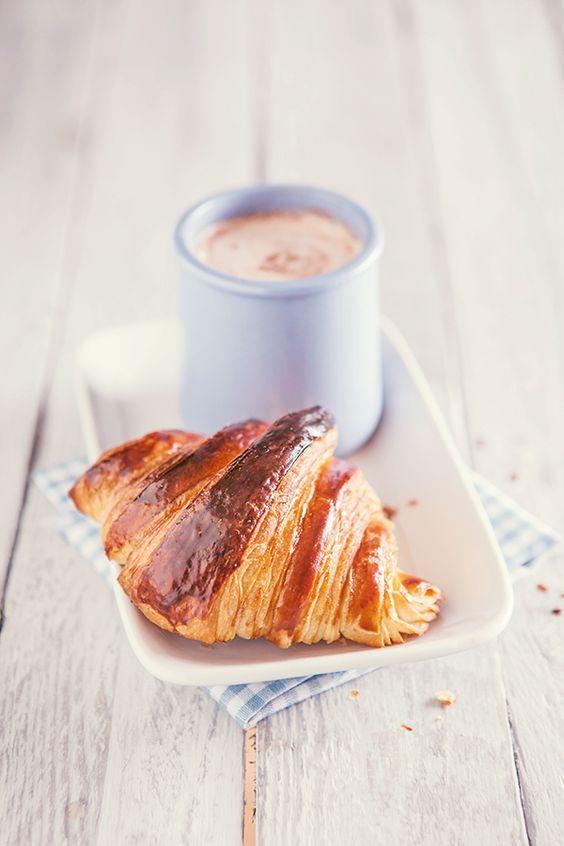 Croissant et chocolat chaud.