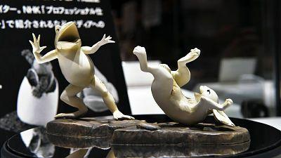 これで「鳥獣戯画」を自宅でもリアル再現可能、蛙と兎のフィギュアが登場 - GIGAZINE