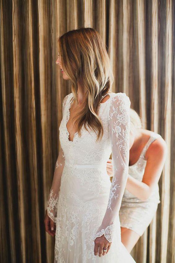Une robe de mariée décolettée marquée à la taille