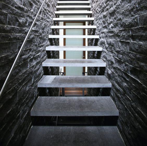 la vie dans la maison s articule autour de l escalier v ritable colonne vert brale de l. Black Bedroom Furniture Sets. Home Design Ideas