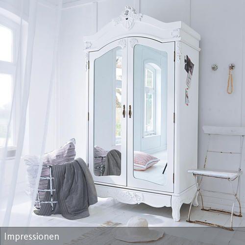 Dieser Schrank führt zwar nicht nach Narnia, hat aber dennoch einiges zu bieten: Der Bauernschrank wurde mit weißer Farbe modern interpretiert. Zwei große…