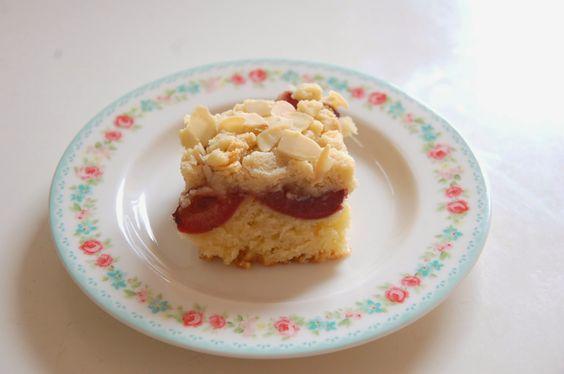 Zusammen is(s)t man weniger allein - oder: Frau Schulz wird vegan.: {Rezept} Kirschkuchen mit Marzipan nach veganpassion