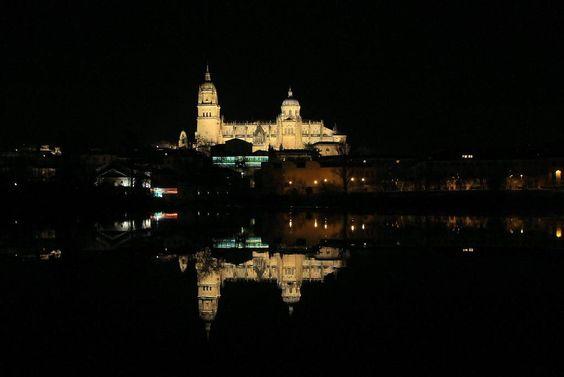 Será la Catedral, que tendrá envidia de su reflejo.  A cual cosa más preciosa.  Salamanca.