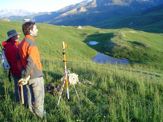 El investigador del Instituto Geológico y Minero de España (IGME) Gerardo Herrera en la zona de campo en el valle de Tena (Huesca).