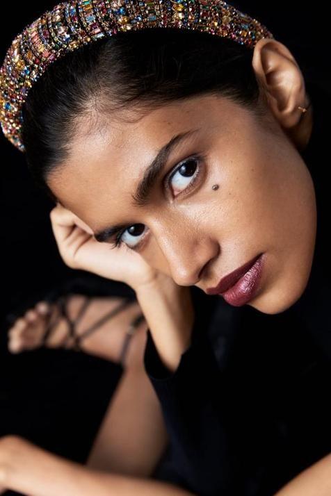 María Pombo Ha Lucido El Peinado De Invitada Más Chic Y Fácil De Copiar De La Temporada Diadema De Diamantes De Imitación Diademas Gruesas Diademas De Moda