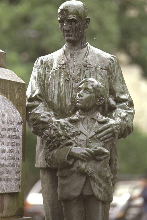 monument aux morts Mauléon Soule 64 statue Ernest Gabard - détail -  le grand pére et le petit fils , une génération manque