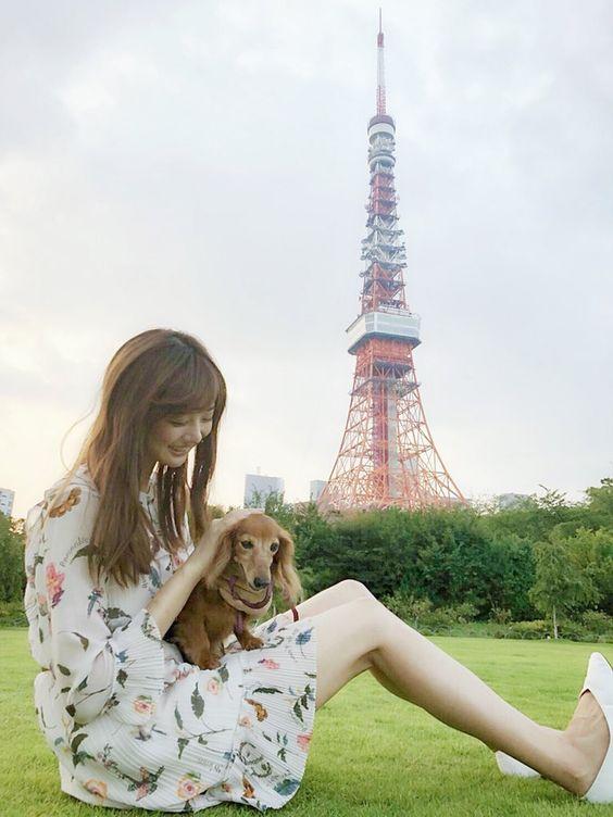 東京タワーをバックに犬と戯れている熊江琉唯の画像
