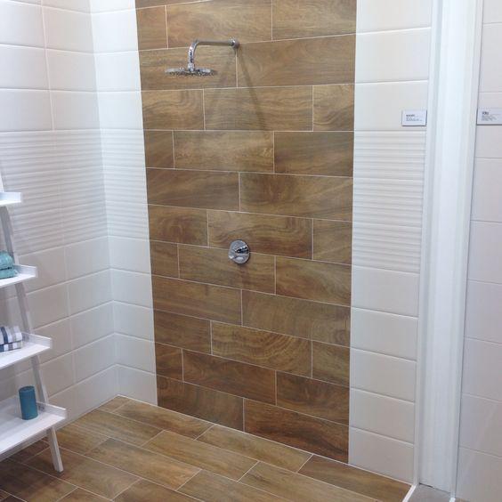 Tegels Badkamer Taupe ~ Houtlook tegels tegen de wand in de badkamer