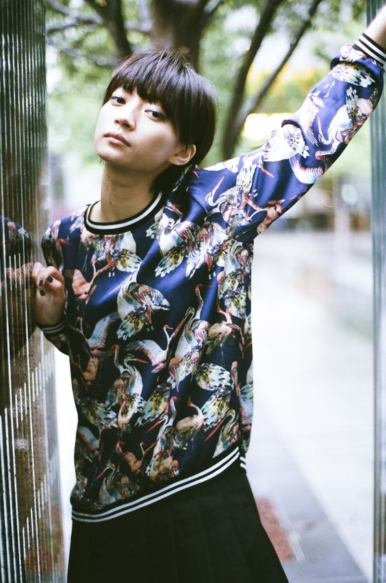 カラフルなトップスを着た田中真琴