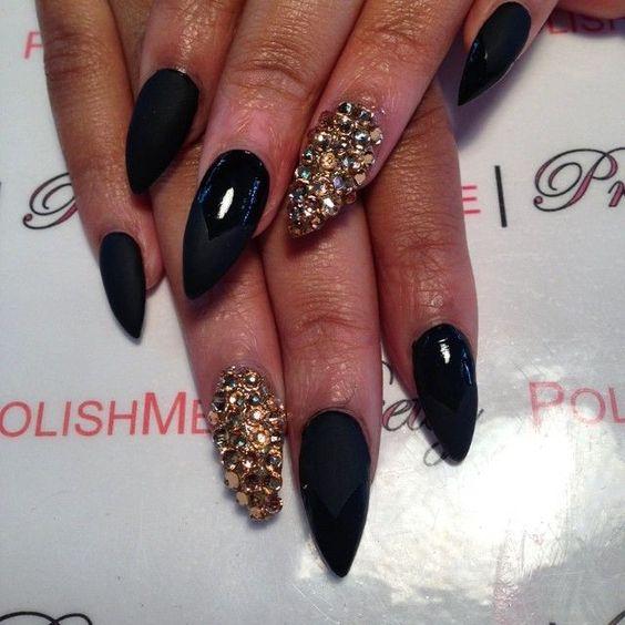 Uñas negras con dorado Puntigudas.