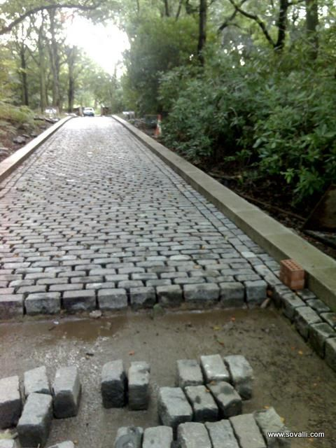 50 Best Driveway Ideas To Improve The Appeal Of Your House Driveway Landscaping Driveway Design Cobblestone Driveway