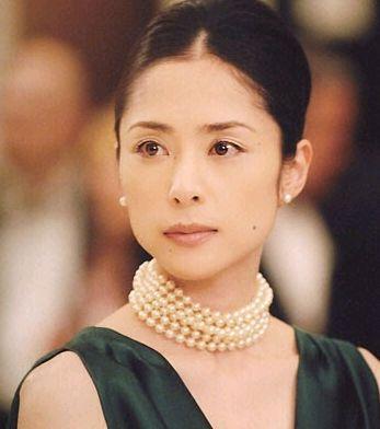 深津絵里パールのネックレスがアクセントのファッション