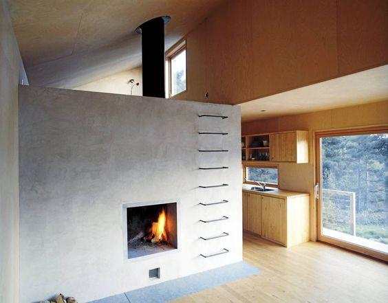 KOMPAKT KONSTRUKSJON: Her ser du litt av usikten fra spisestuen i Drøbak-hytta. Kjøkkenet ligger skjermet under en brem i forkant av huset. Hemsen har sitt eget vindu ut mot vannet.