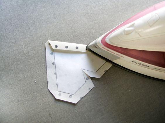 Planchar los excesos de tejido hacia el interior de la pieza Recortar los márgenes de costura para doblar hacia dentro Adherir con plancha el patrón de freezer paper en la parte de atrás del tejido | Betsy Costura