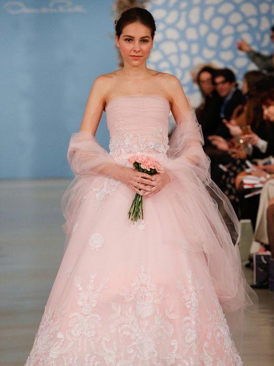 Klassischer Schnitt, aber ausgefallene Farbe: Dieses Brautkleid in rosa ist sicherlich ein Hingucker auf jedem Fest - allerdings auch nicht Jedermanns Geschmack. Was meint ihr?